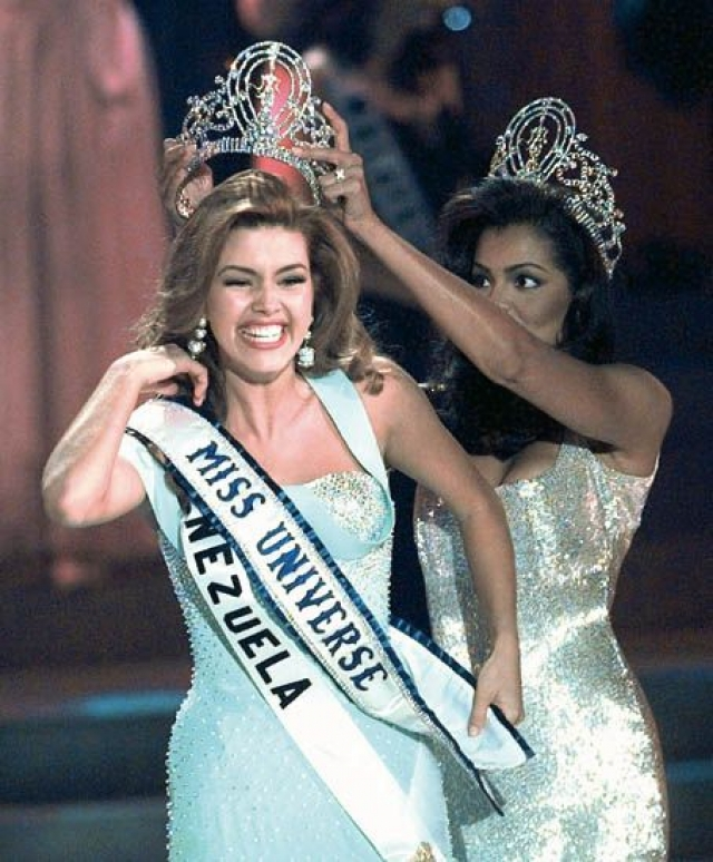 """В 1996 году на конкурсе """"Мисс Вселенная"""" одержала победу Алисия Мачадо из Венесуэлы. Но вскоре после финала организаторы пригрозили королеве красоты, что лишат ее этого титула."""