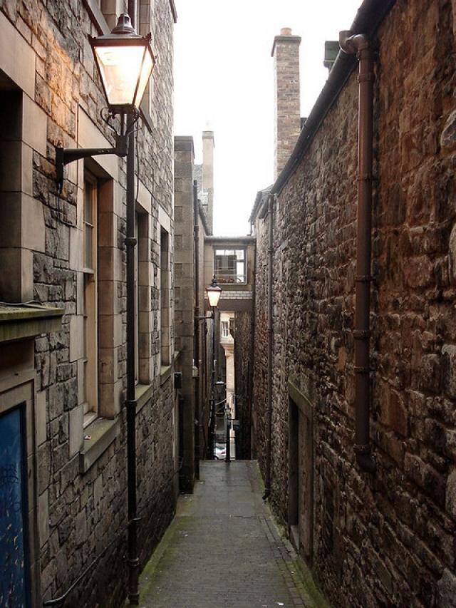 Тупик Мэри Кинг, Эдинбург, Шотландия. Место, где закрывали и оставляли умирать жертв чумы в XVII веке. По свидетельствам посетителей здесь можно ощутить невидимые прикосновения.