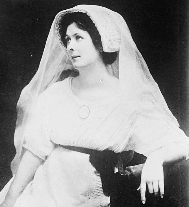 В 1923 году через год после свадьбы супруги вернулись в Москву. К этому моменту отношения пары накалились до предела, и через месяц Айседора уехала уже одна.