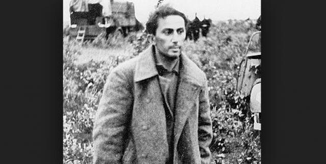 """По одной версии вечером 14 апреля 1943 года Джугашвили не выполнил приказ зайти в барак концлагеря, а направился через нейтральную тропу к проволоке. После окрика часового Яков закричал """"Стреляй!"""". Часовой, роттенфюрер СС Конрад Хафрих открыл огонь на поражение. Пуля попала в голову."""
