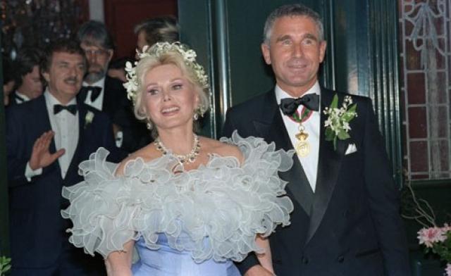 В девятый и последний раз 69-летняя Габор принесла клятву верности в 1986 году Фредерику Принцу фон Анхальту , который был моложе актрисы на 28 лет. За ним 99-летняя актриса замужем и по сей день.