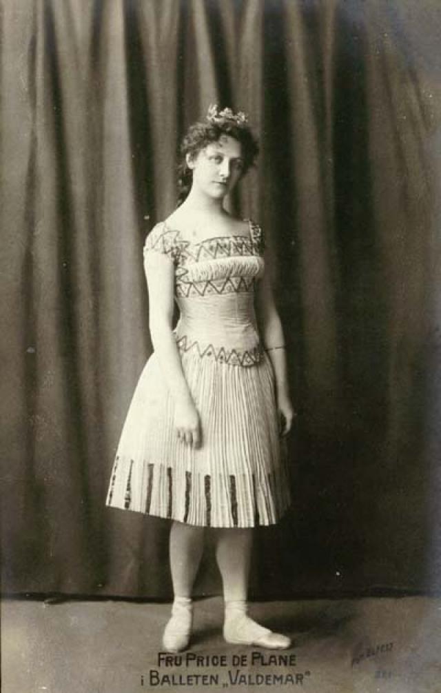 Бронзовая статуя была воздвигнута не столько в честь героини сказки Андерсена, сколько Джульетты Прайс (Элен Прис), прима-балерины Датского Королевского балета.