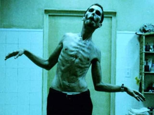 """Кристиан Бэйл Кристиан Бэйл похудел на 45 кило для фильма """"Машинист"""" (2004). Ставшая уже знаменитой диета актера (если это можно назвать диетой) состояла из одного яблока и кофе."""