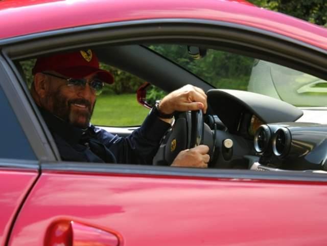 У Ferrari сделанная на заказ окраска кузова и отделка салона. За руль любимицы хозяин никого не пускает - ездит исключительно сам. Стоит такой автомобиль 9 млн рублей.