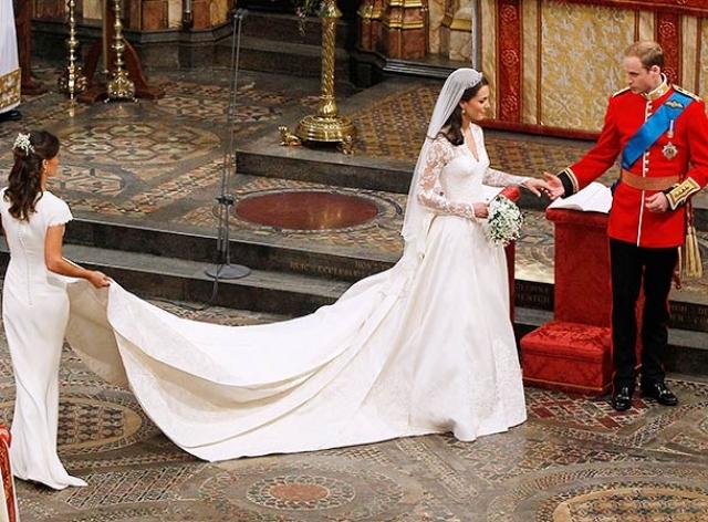 Главной интригой свадьбы стало подвенечное платье Кейт, ажиотаж вокруг которого поднялся задолго до свадьбы, автором которого стал дом моды, основанный кутюрье Александром Маккуином.