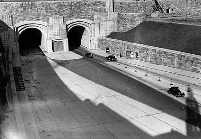 Временный туннель В 1975 году Джексон Райт со своей женой возвращались из Нью-Джерси в Нью-Йорк. по дороге они выехали в туннель Линкольна. Как рассказывает Райт, внезапно подул сильный ветер, и заднее стекло автомобиля покрылось слоем пыли.