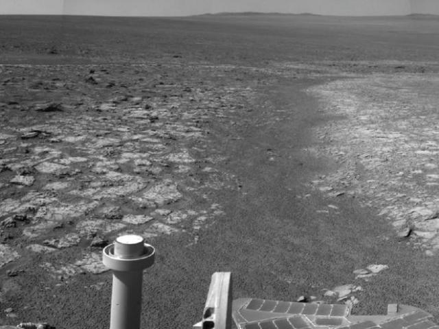 Черно-белый марсианский пейзаж.