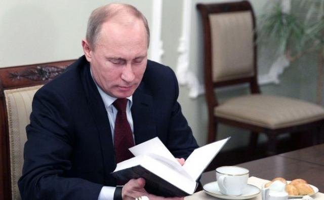 """Еще российский президент любит шпионские романы. """"Меня больше всего поражает, как один человек может достичь того, чего не смогли целые армии"""" - сказал как-то он."""