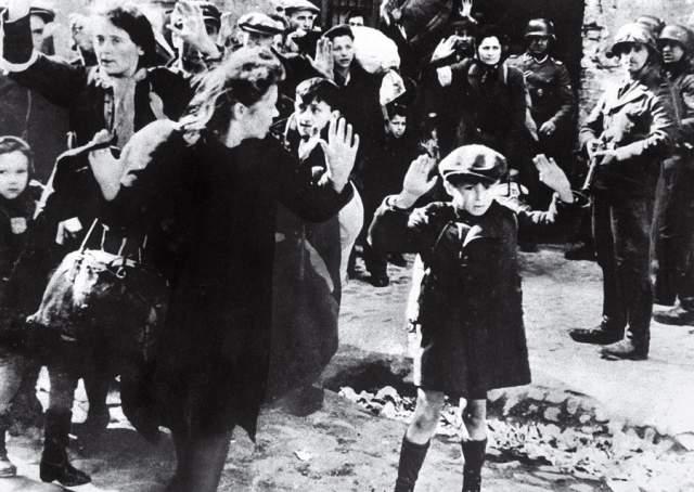 Еврейский мальчик сдаётся в Варшаве, автор неизвестен, 1943.