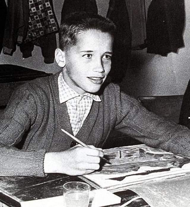 Семья жила бедно : одним из самых ярких воспоминаний молодости Арнольд называет покупку холодильника. Под влиянием отца мальчик начал заниматься футболом, но в возрасте 14 лет предпочёл карьеру культуриста