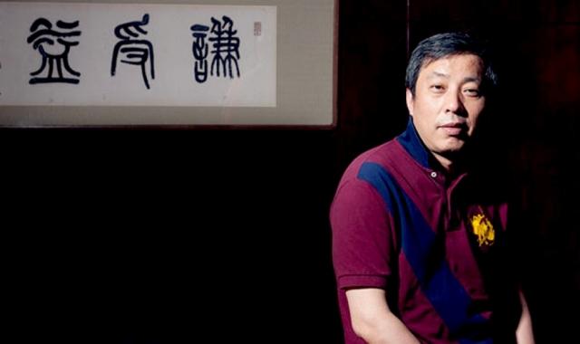 Лю Ицянь - бывший таксист, чье состояние журнал Forbes ныне оценил в 1,38 млрд долларов.В августе 2014 года Лю Ицянь купил за 36,3 млн долларов на распродаже Sotheby's в Гонконге маленькую фарфоровую пиалу.
