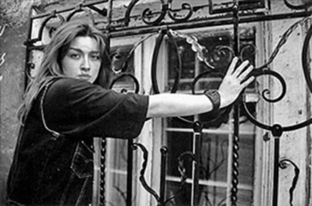 Затем она начала учиться во ВГИКе на курсе Армена Джигарханяна, после ее без вступительных испытаний приняли в Московский институт культуры, где подружилась с Аленой Галич. Но что-то постоянно происходило, и Ника бросала начатое. И периодически запоями пила. В 1998 году она в первый раз попыталась покончить с собой. Выходили. Выжила.