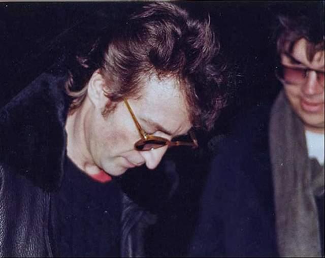"""Джон Леннон дает автограф своему убийце. 8 декабря 1980 года Леннона застрелили во дворе его дома в Нью-Йорке. Киллером был фанат музыканта, Марк Чепмен. За несколько часов до этого Чемпен попросил у """"битла"""" автограф, когда Леннон вместе с Йоко Оно вышли из дома, чтобы поехать на студию."""