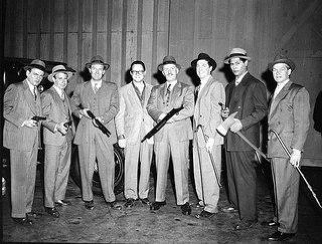 """С XX века главным направлением деятельности Коза ностры стал бандитизм. Организация состояла в виде группы, называемой """"семьей"""". Сама """"семья"""" имела жесткую иерархическую структуру, подчиненную так называемому крестному отцу - padrino."""
