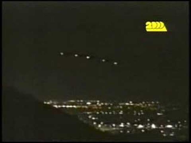 Очевидцы наблюдали, как цепочки светящихся объектов, вместе с громадной треугольной летающей тарелкой, добрых три часа бесшумно висели в местном небе вечером 13 марта 1997 г.