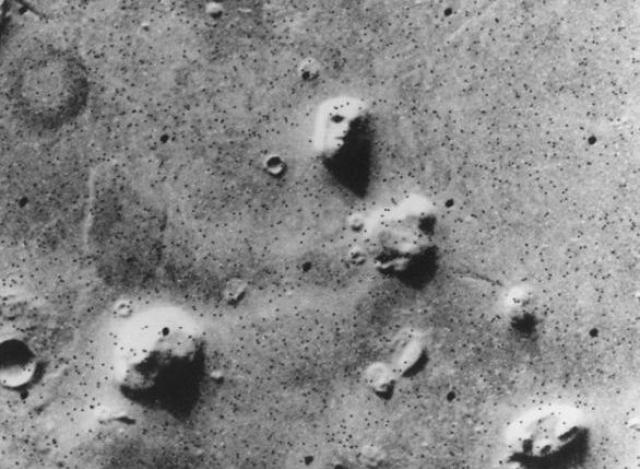 """В 1976 году НАСА обнародовало снимки интересной марсианской горы, сверху напоминающей человеческое лицо. Фотографии были сделаны космическим аппаратом """"Викинг 1""""."""