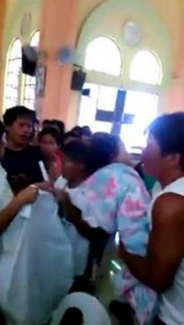 Родители вынули живую девочку из гроба, дали ей воды, а затем вновь отвезли в больницу.
