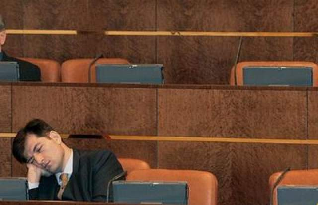 Спящий сенатор во время пленарного заседания Совета Федерации России, 2007 год. Скучно ему одному вот и засмущался в ладонь.