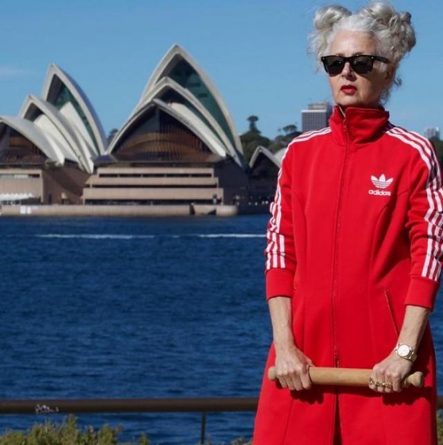 Сара Джей обожает яркую одежду и следит за модными тенденциями.