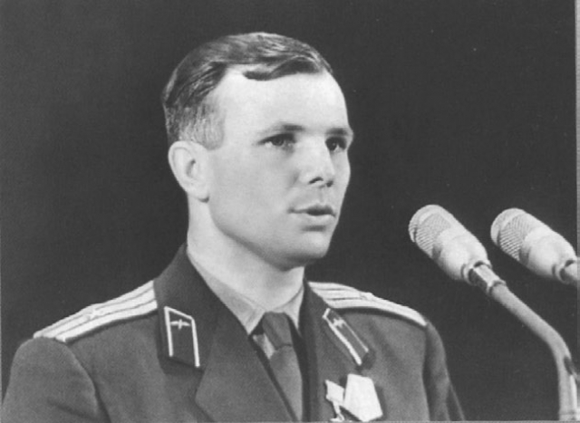 """На следующий день Гагарина ждала пресс-конференция, на которой задавали вопросы зарубежные журналисты. Конференция началась с вопроса Гагарину о том, не является ли он родственником потомков рода князей Гагариных, ныне живущих в США. На что Гагарин ответил: """"Среди своих родственников никаких князей и людей знатного рода не знаю и никогда о них не слышал."""""""