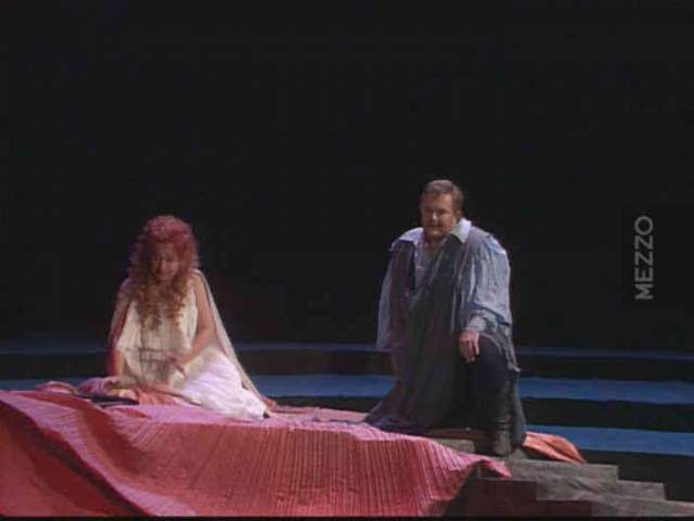 Оперное представление было остановлено, а потом отменено. Мужчину пытались спасти, увезли в больницу Святого Люка-Рузвельта, но по прибытии туда его признали мертвым.