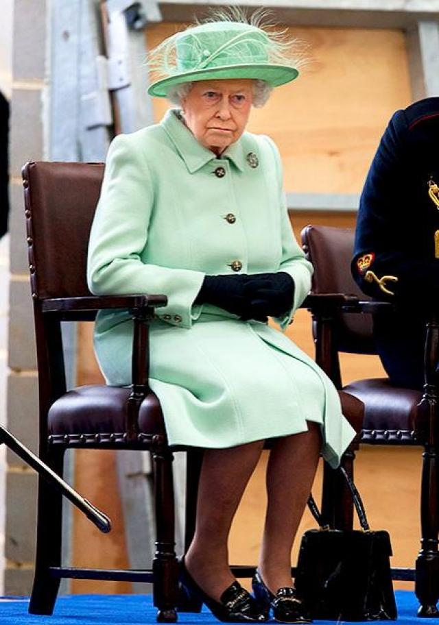 Елизавета II имеет целый ряд тайных знаков Например, если во время официальных мероприятий она кладет сумочку на стол, то для ее сопровождающих становится ясно, что королева желает покинуть встречу через 5 минут. Когда она начинает крутить кольцо на пальце или перекладывать сумку из одной руки в другую, это означает, что общение с собеседником ей наскучило.