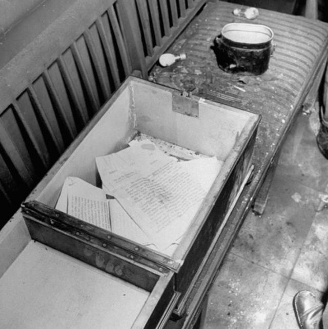 """В 1948 году """"находки"""" из бункера Гитлера (несколько обгоревших предметов, а также фрагменты челюстей и зубов, по которым проводилась идентификация трупов Гитлера, Евы Браун и Геббельсов) были направлены в Москву, в следственный отдел 2-го Главного управления МГБ СССР."""