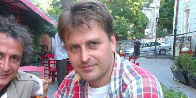 Получил среднее образование в Москве. В 1992-1994 годах учился в Тбилисской государственной академии художеств. Образование получил также в Великобритании.