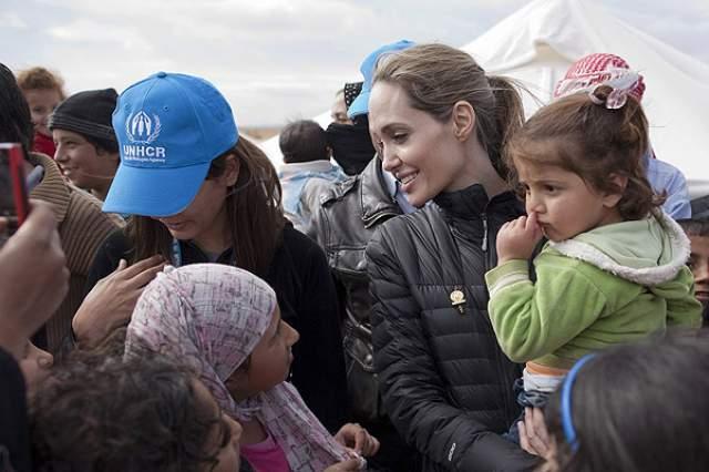 Анджелина Джоли, 43 года. В ее Instagram могло бы быть много всего интересного: кадры из путешествий в рамках миссий ООН, домашние фотоснимки в обнимку с шестью детьми и философские цитаты о вечном.