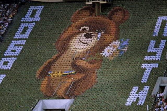 Олимпиада-80 стала культовым событием для жителей СССР, а одним из самых эффектных элементов стало выложенное цветными щитами изображение олимпийского мишки, у которого скатывалась слеза. Первоначально подобного в сценарии не было, а когда руководитель сказал поменять сторону ошибившемуся статисту, приказ стали выполнять все статисты ряда. Так впервые и получилась волна-слезинка.