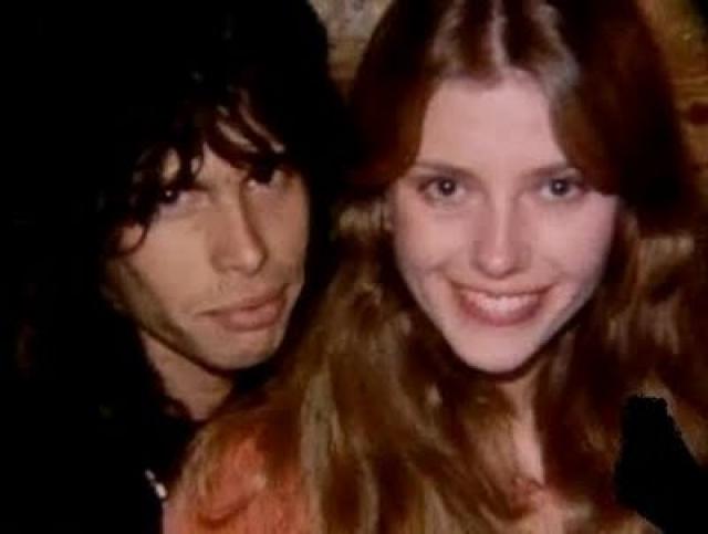 Вскоре девочка обратила внимание на свое очевидное сходство с вокалистом Aerosmith, а также его дочерью Мией. После этого матери (на фото) пришлось признаться, что у нее был недолгий роман с рок-звездой.