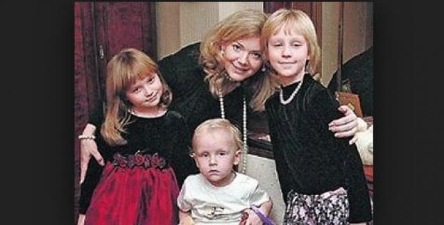 Детей женщине вернули лишь когда она чудом передала письмо с просьбой об этом Никите Михалкову, который, в свою очередь, адресовал его Владимиру Путину. Владимир Савельев объявлен в розыск.