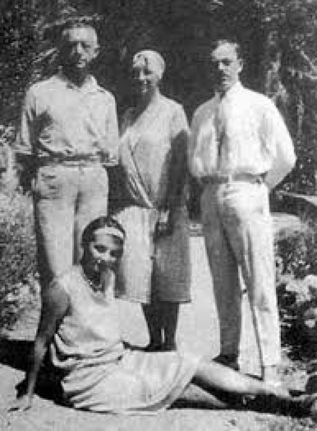 """В те дни Вера Николаевна записала в своем дневнике: """"Они сливают свои жизни. И до чего они из разных миров, но это залог крепости: пребывание Гали в нашем доме было от лукавого""""."""