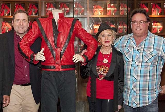 """Торговец золотом из Техаса Майкл Веррет приобрел на аукционе знаменитую красную куртку Майкла Джексона, в которой певец снимался для клипа на песню """"Триллер"""". Он заплатил за нее 1,8 млн долларов."""