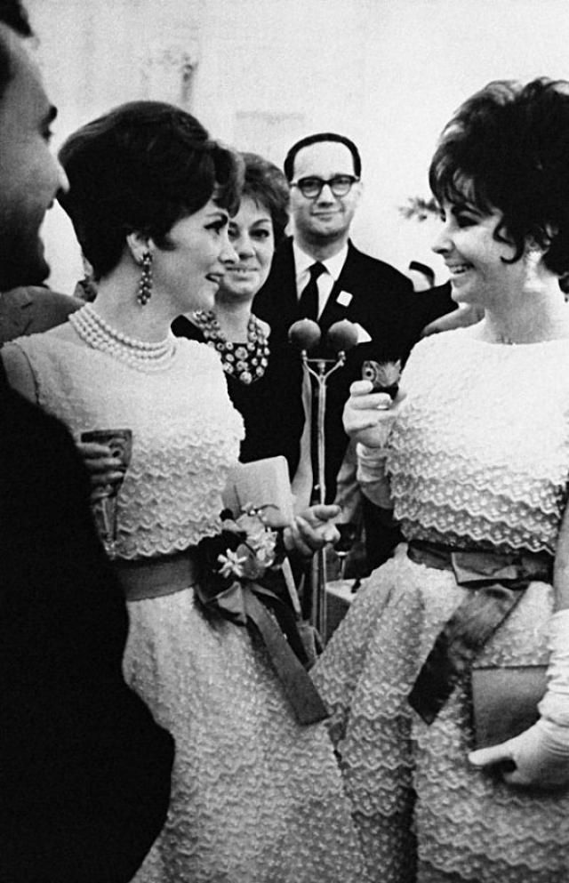 """На прием в Кремле Джина Лоллобриджида и Элизабет Тейлор пришли в одинаковых платьях Dior. Разница у нарядов была лишь в поясах: у первой пояс был красный, у второй - голубой. Первой из неловкой ситуации вышла Джина Лоллобриджида, поприветствовав Элизабет: """"Красивое платье!""""."""
