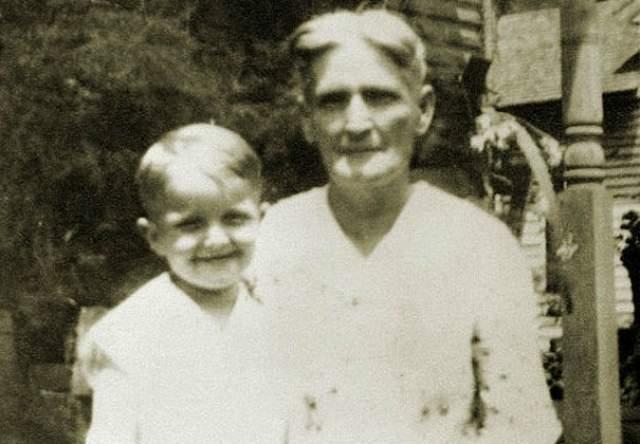 Когда ему было девять, мать вышла замуж за текстильного брокера Джозефа Капоте. Он хорошо относился к мальчику, усыновил его и дал ему свою фамилию.