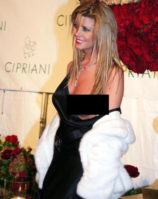 Тара Рид. Такое ощущение, что актриса даже не догадывается, что ее грудь вывалилась из платья целиком.