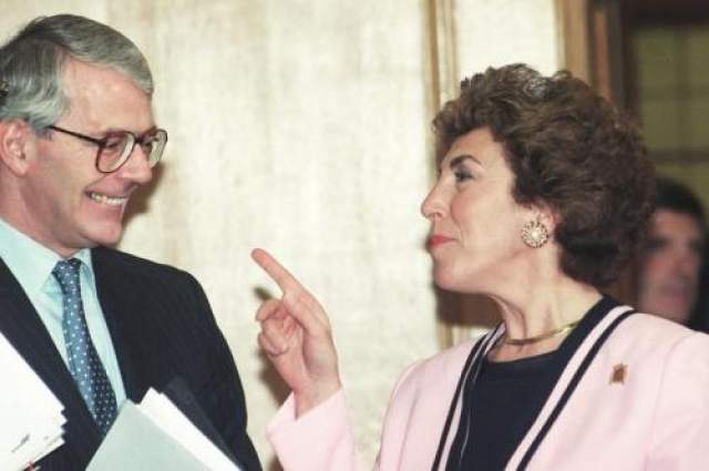 Эдвина Карри и Джон Мейджор В 2002 году Британию потрясла публикация в The Times откровенных воспоминаний экс-министра здравоохранения Эдвины Карри о ее связи с экс-премьер министром Джоном Мейджором.