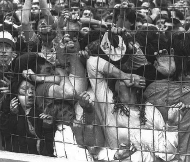 Из-за недавно ведённого правила держать болельщиков команд-соперников на расстоянии друг от друга полицейские отказались открывать одну из оград для того, чтобы выпустить людей, погибающих под натиском толпы.