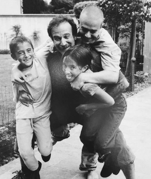 Ныне покойный комик Робин Уильямс с детьми.
