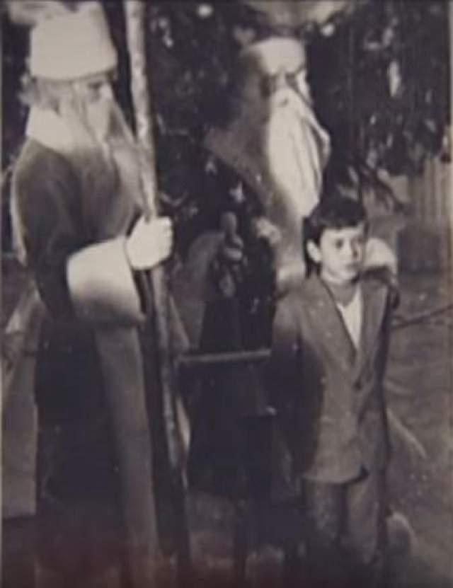 Легендарный Богдан Ступка без маскарадного костюма, зато в компании двух Дедов Морозов.