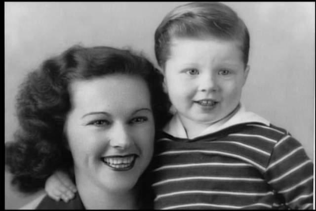 Роберт Редфорд, 82 года. Актер воспитывался отцом. Его мать Марта Харт умерла в 1955 году, когда будущая знаменитость был ещё подростком. Отец поначалу трудился разносчиком молока, но позже сумел устроиться бухгалтером в нефтяную компанию.