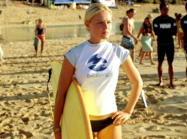 Кейт Боусуорт / «Голубая волна» Фильм с Кейт в главной роли повествует о буднях девушек-серфингисток. Благодаря бикини Кейт удалось продемонстрировать зрителю не только силу характера, но и идеальное тело. Тогда, в 2002 году девушке даже удалось затмить собой безоговорочную богиню пляжа Памелу Андерсон.