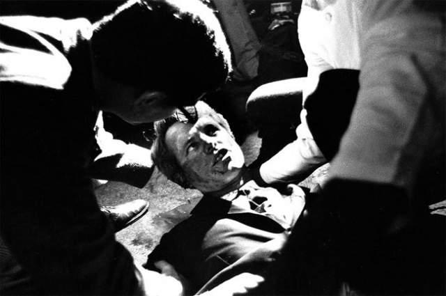 Для того, чтобы сократить путь, Кеннеди решил пройти через кухню, соединяющую оба зала. Когда он шел через кухню, то был застрелен и умер в госпитале шестью часами позже.