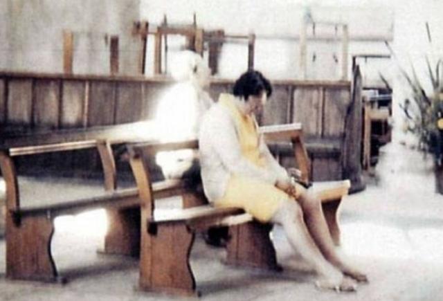 В 1975 году Диана и Петр Бертелот посетили церковь Ворстед. Петр сфотографировал жену, молящуюся в тишине на одной из церковных скамей. Позже он узнал, что ему удалось запечатлеть на фото и Белую Даму, о которой среди местного населения ходят легенды.