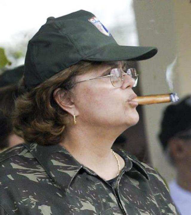 """Дилма Русеф стала первой женщиной, избранной президентом Бразилии. """"Я здесь единственная сильная женщина, окруженная слабыми мужчинами"""", - заявила она в 2005."""