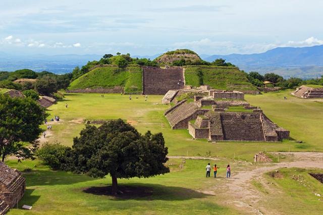 Монте-Альбан – ныне известный археологический заповедник, который расположен в южной части Мексики. На протяжении двух тысяч лет здесь находился один из крупнейших городов доколумбовой Америки.