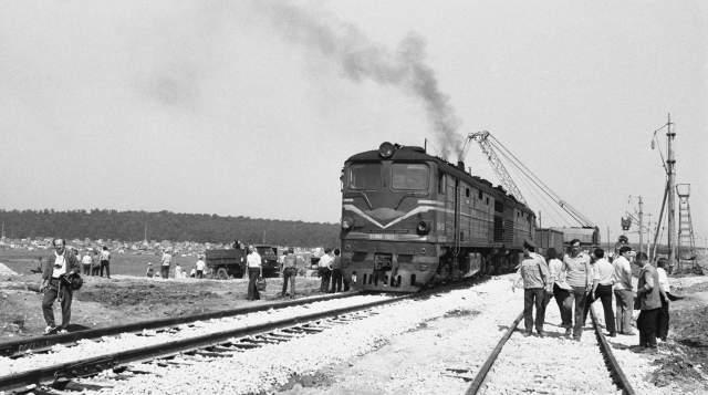 В первую очередь надо было восстановить железнодорожное сообщение - первый состав по рельсам, положены по засыпанной землей яме, прошел уже через несколько дней. Он следовал из Воркуты в курортный Адлер.