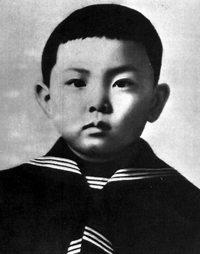 """Имя Мао Цзэдуна состояло из двух иероглифов: """"Цзэ"""" имело двойное значение: первое - """"влажный и мокрый"""", второе - """"милость, добро, благодеяние"""", а """"дун"""" - """"восток"""". Целиком же имя означало """"Облагодетельствующий Восток""""."""