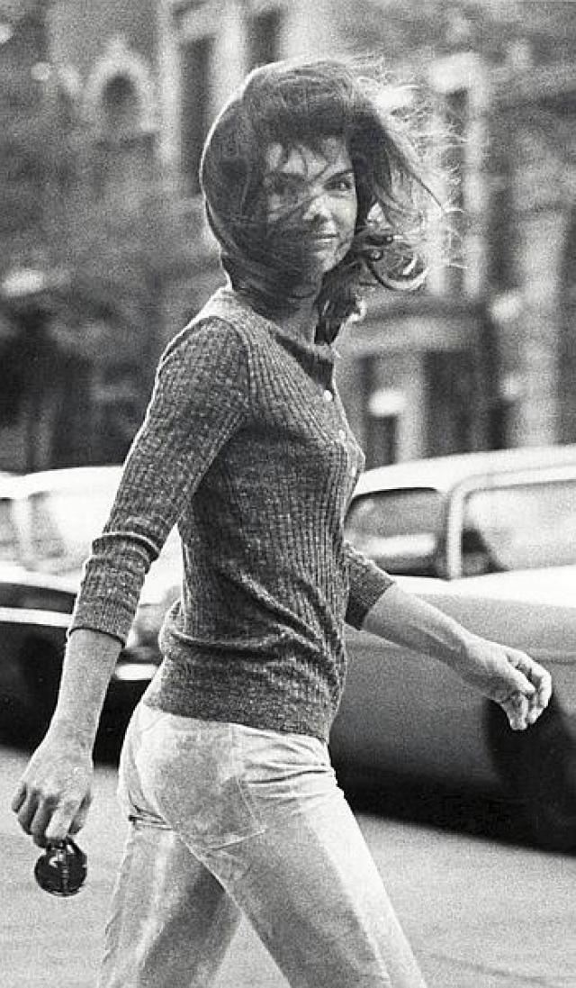 Еще один снимок Жаклин Онассис Рон Галелла продал даже во многие арт-галереи, поскольку в нем любители и профессионалы увидели невероятный для подобных фото стиль.